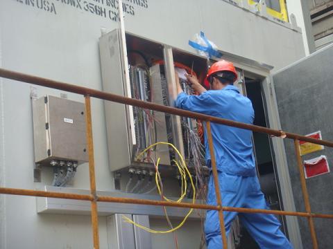 工作人员在电气接线