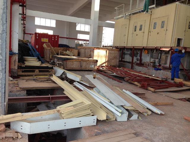 南港动力衢州项目部从2013年3月中旬进驻衢州普星热电公司组织安装2套6FA燃机。经历春雨淅淅,酷暑炎炎又来到了秋风习习的时节,时间长度已有半年。从前期的准备到正式的安装,目前的安装施工总的进度情况是这样: 第一套燃机: 厂房内机务安装基本完成,模块间各种管道连接也基本完成。燃机终找中完成。模块内部的电气大部已连接(部分因缺件等原因没有完成)。 外部的控制室、蓄电间下周具备就位条件。 天然气前置模块下周具备就位条件。 各模块到控制室放线还不能进行。 CO2管线还没有做(管件未到)。 油循环没有进行(不具备